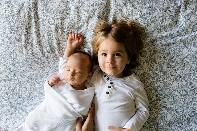 sourozenci na posteli