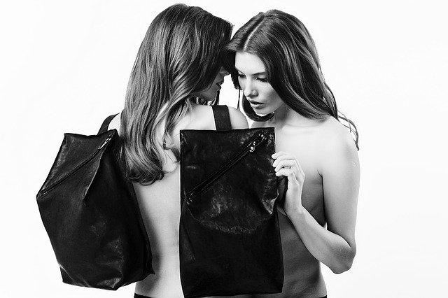 dvě ženy a kabelky.jpg