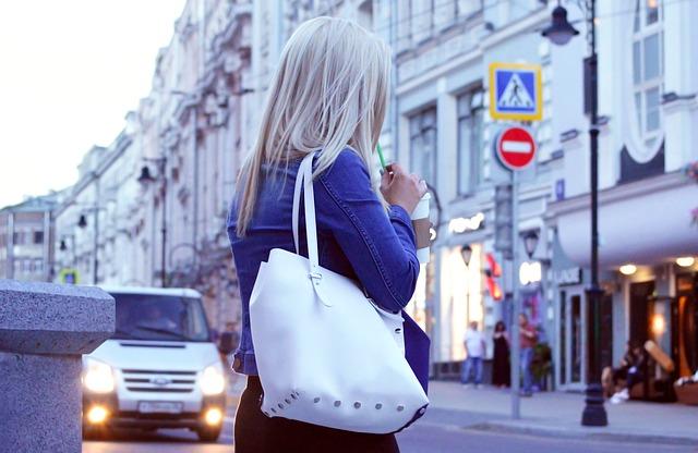 mladá žena s kabelkou.jpg