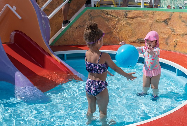 děti v bazénku